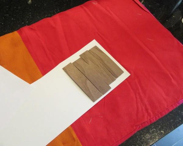 Positionnement des bandes de bois sur papier cartonné
