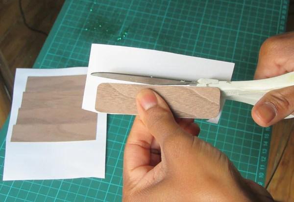 Découpe du montage placage bois-papier