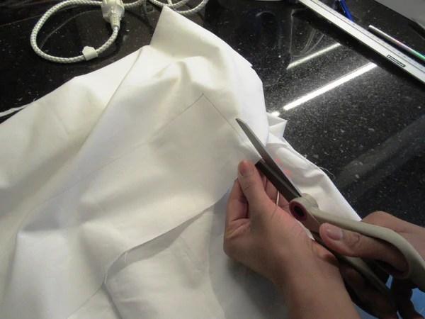Découpe du tissu blanc
