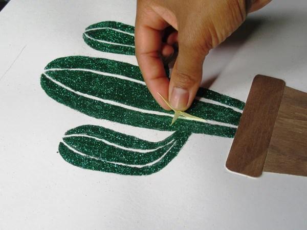 Insertion des épines en papier sur le cactus