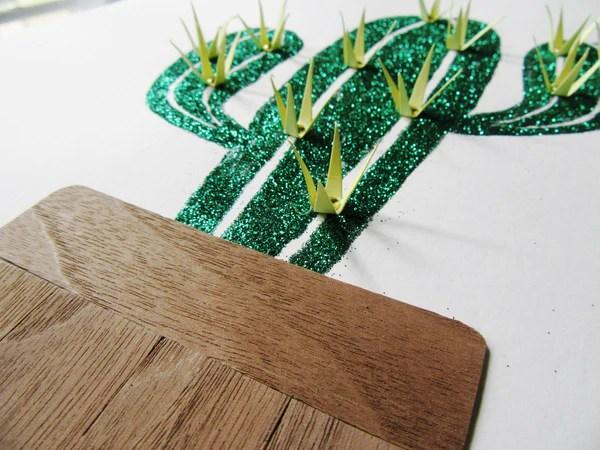 Cactus à paillettes avec épines en papier et pot en bois
