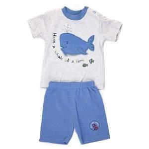 Tricou si pantalon balena bebeWhale Little Mariner: tricou cu mânecă scurtă, prevăzut cu 2 capse în partea de sus și pantalon scurt, din material moale, de calitate superioară. Mărimi pentru 6-24 luni. Model unic, gri cu albastru. Compoziție: 100% bumbac.