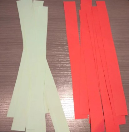 8 strips of two colors of paper
