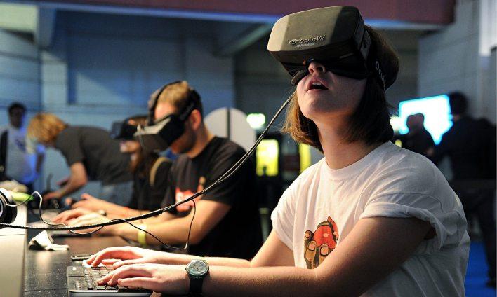 الصورة: امرأة ترتدي سماعة الواقع الافتراضي