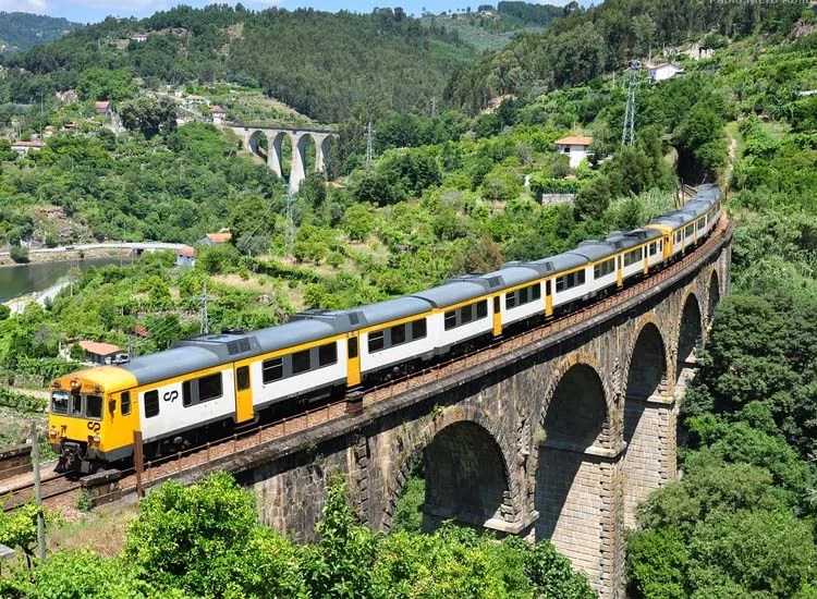 How to get from Douro Valley from Porto train
