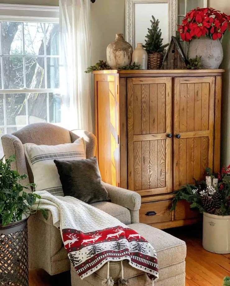 Cozy Christmas Decorating in the Living Room
