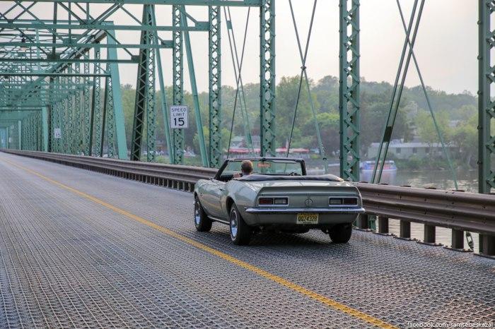 Most s zeleznym pokrytiem. Ono kak setka i cerez nego vidno vodu.