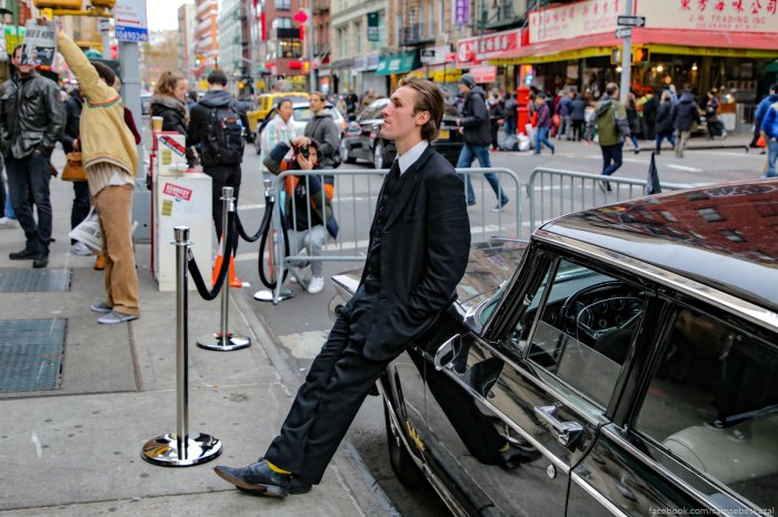 Eto akter, k kotoromu my seli v masinu. Oni periodiceski menalisʹ. On horoso sygral. Esli interesno, mozete posmotretʹ na video.