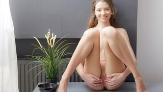 Tini makes her twat orgasmic in art porn video image