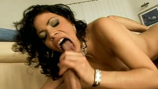 Lustful brunette mommy Naomi Bell blows_hard dick_on the couch image