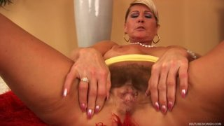 Seductive mature slut Berna masturbates_in a solo video image