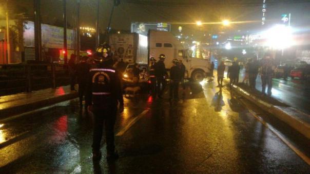 Al menos 15 vehículos chocaron en el Puente Belice en ambas direcciones. (Foto: Bomberos Voluntarios)
