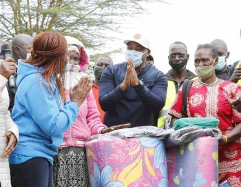 Families displaced by floods receive food, bedding and books from well-wishers