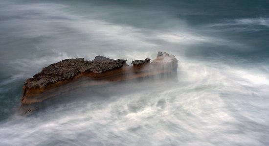 karang-di-tengah-badai