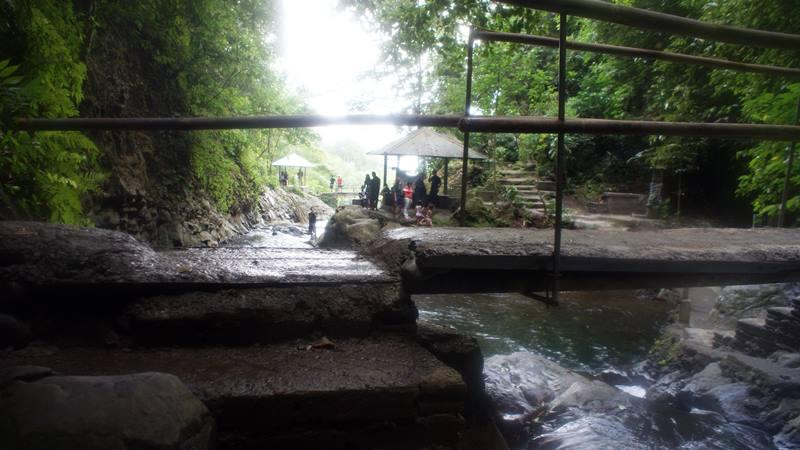 Ada gazebo untuk beristirahat kalau capek bermain di Air Terjun Gitgit Waterfall Buleleng.