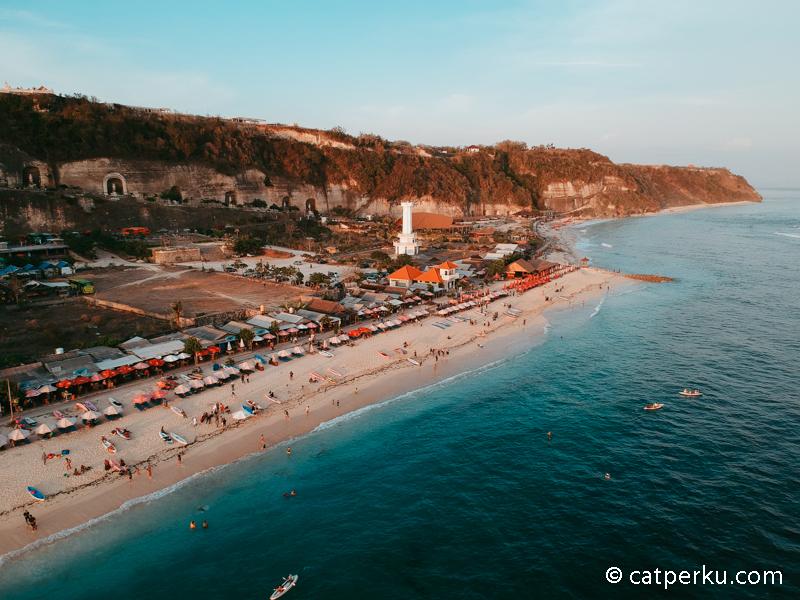 Apakah kamu tertarik mengunjungi pantai di Bali yang populer ini?