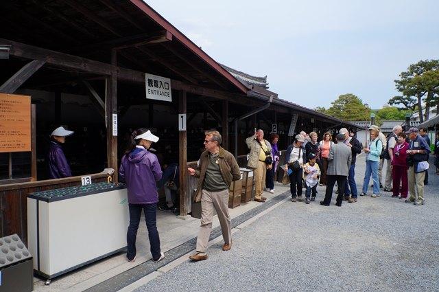 Banyak turis barat yang datang ke Kastil Nijo.