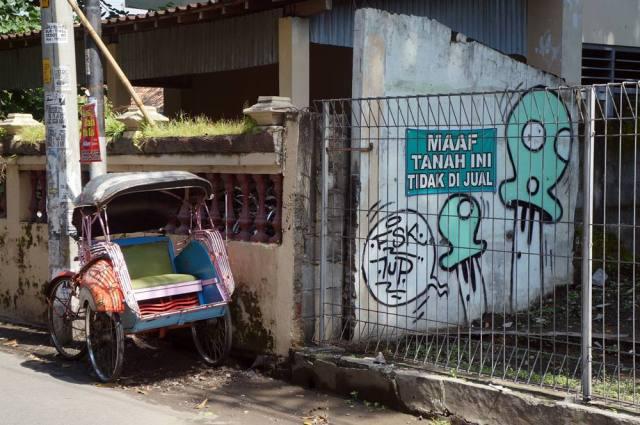 Becak terparkir di salah satu sudut jalan Prawirotaman II.
