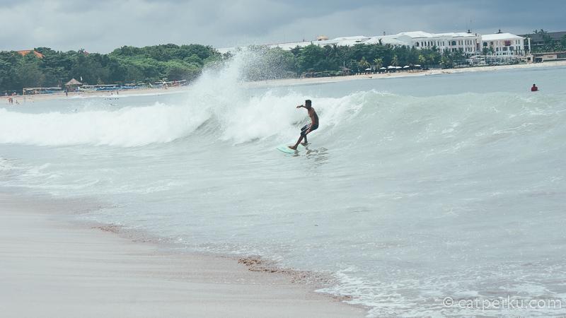 Belajar Surfing di Pantai Kuta Bali adalah salah satu kegiatan yang menyenangkan.