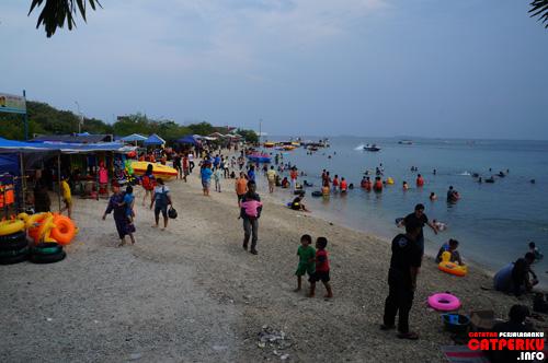 Pantai yang ada di dekat dermaga utama pulau di Jakarta ini ramainya seperti ini kalau sedang hari libur :D Seru kan?