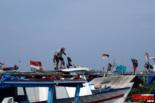Bisa juga mengintip kehidupan nelayan yang ada di pulau ini.
