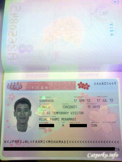 Proses buat visa Jepang yang penuh dengan harap - harap cemas pun berakhir! Visa yang sudah ditempel di passport ada di tangan sekarang! (foto di visa serem euy, selalu!)