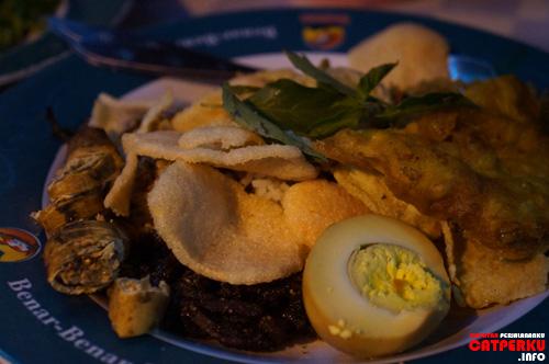 Nasi Ulam khas Betawi yang penyajiannya mirip nasi campur, tetapi komposisinya beda jauh :D Rasanya.... enaaak, tapi saya kurang begitu suka sih :)