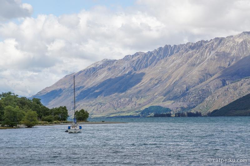 Danau Wakatipu membentang dari Queenstown hingga Glenorchy