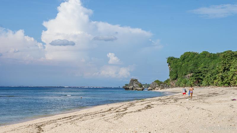 Kamu bisa menginap di beberapa hotel yang berada di dekat pantai ini.