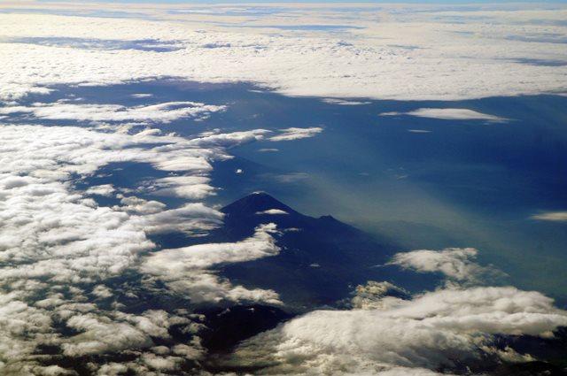 Dengan traveling, kalian bisa melihat yang kayak gini deh~ Gunung Semeru dari ketinggian 30.000 kaki!