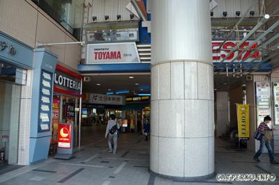 Dentetsu Toyama Station yang pintu masuknya lebih mirip pintu masuk ke mall