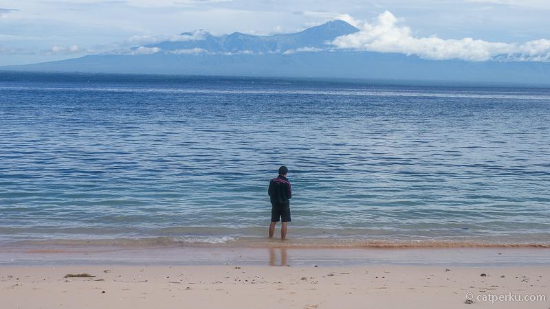 Gunung Rinjani terlihat dari Pantai Tangsi atau Pantai Pink Lombok Timur pada kondisi cuaca cerah.