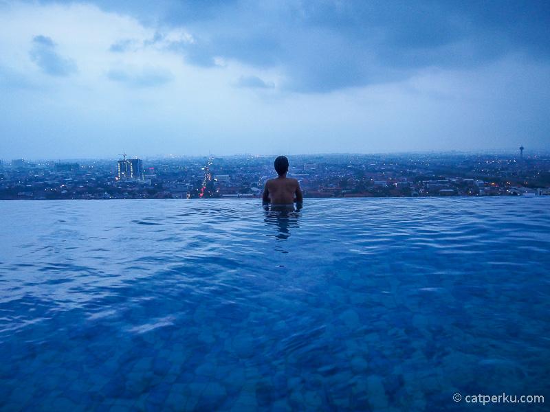 Kalau kamu travel blogger bisa menginap dengan barter review hotel tersebut