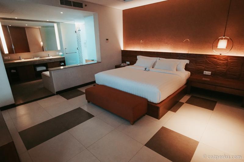 Kamar hotelnya enak buat berduaan ini mah~