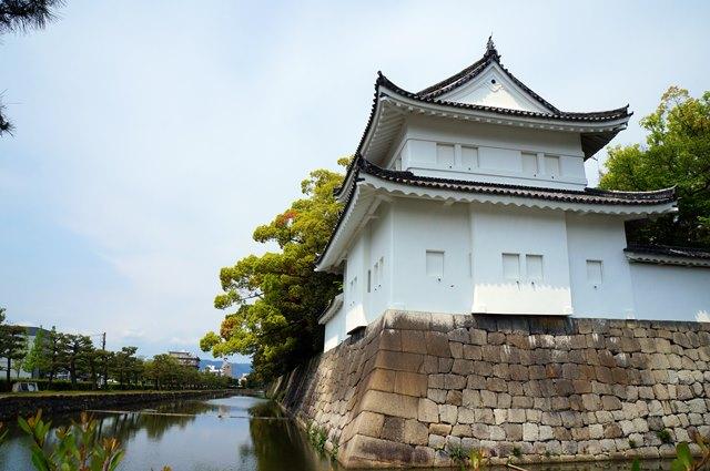 Kastil Nijo adalah benteng pertahanan yang dikelilingi oleh air.
