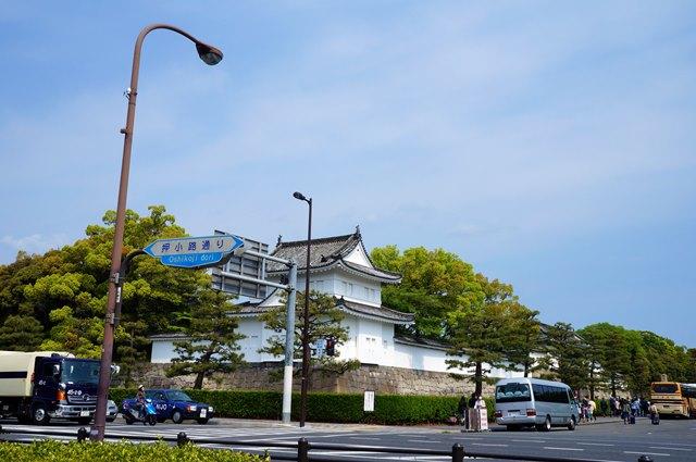 Kastil yang berada di tengah keramaian Kota Kyoto. Siapa bilang peradaban tidak bisa berdamai dengan bangunan bersejarah