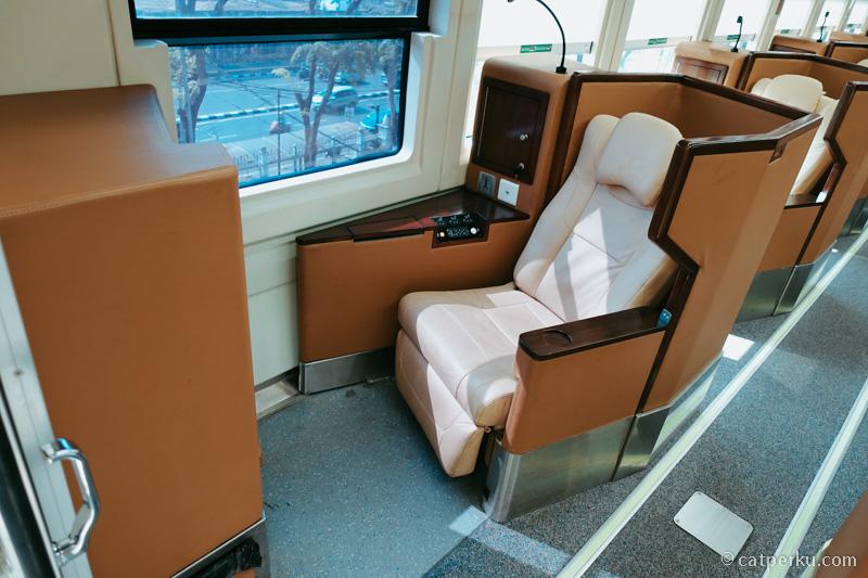 Kursi dari Kereta Api mewah ini sangat lega leg roomnya.