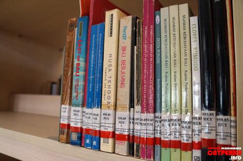Kalau ada yang tahu buku - buku seperti ini ada di toko buku kasih tau saya ya :D