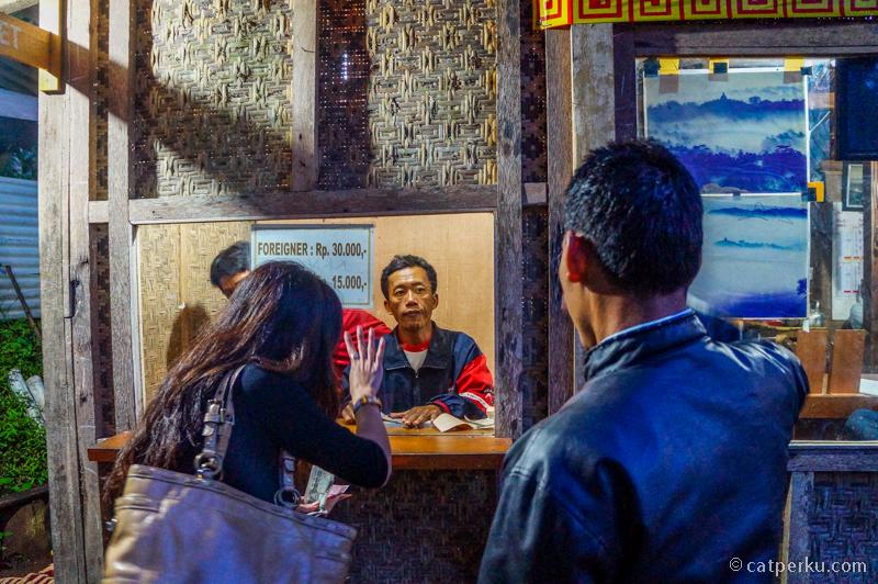 Loket tempat wisata Punthuk Setumbu ini buka mulai dari jam 4 pagi