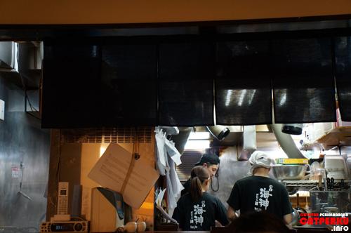 Bagian dapur warung Ramen Kaijin selalu terlihat sibuk :D