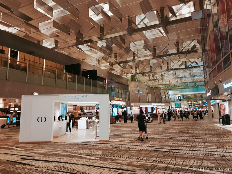 Meskipun Bandara Changi ini adalah sebuah bandara, namun ini adalah salah satu tempat favorit saya di Singapura! Ini juga tempat wisata Singapura gratis lho!
