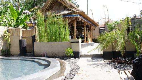 Ada yang berada di resort, ada yang juga yang sederhana seperti ini. Biarpun begitu, bersantai di air panas tetap salah satu aktifitas yang menyenangkan.