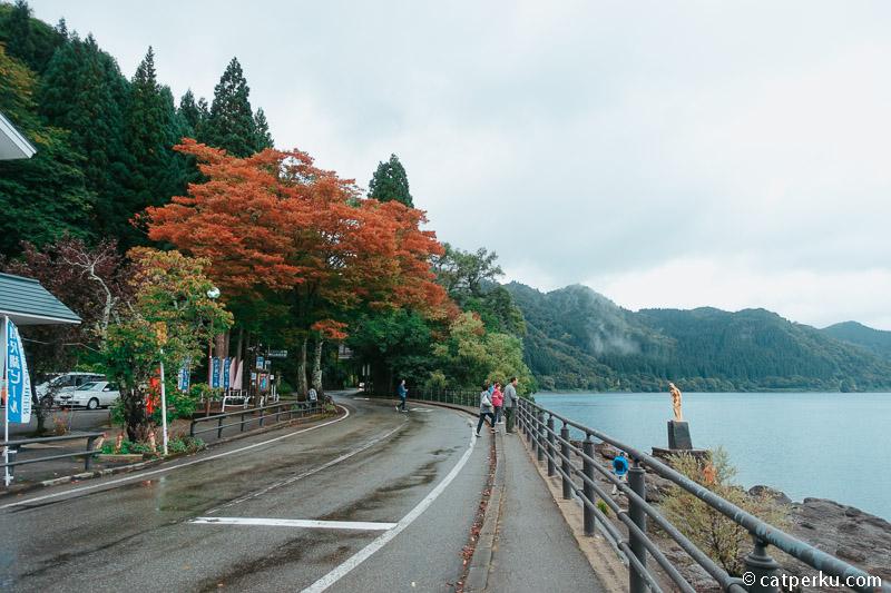 Pada puncak musim gugur, pemandangan di sekitar danau akan sangat indah.