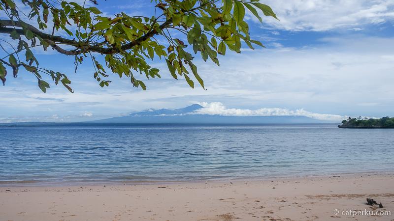 Pantai di Lombok Timur ini sepi dan indah, asik untuk dinikmati