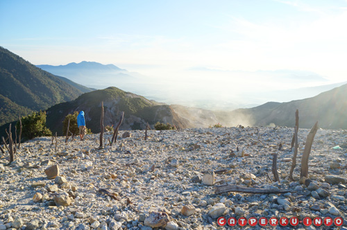 Sunrise di Gunung Papandayan enggak ketinggalan juga dong yah.