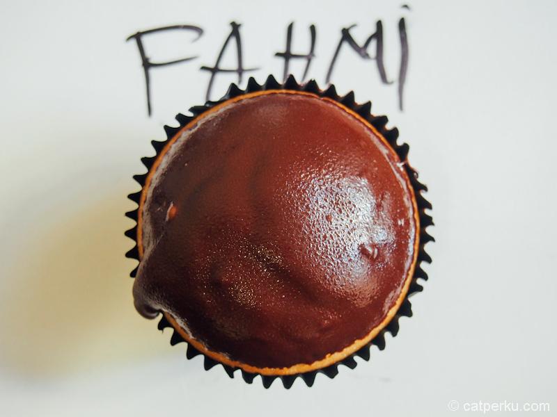 Gegara jadi tukang kue di Australia, mulai muncul banyak pertanyaan. Ngapain kuliah tinggi-tinggi kalau cuma jadi tukang kue di Australia? :)