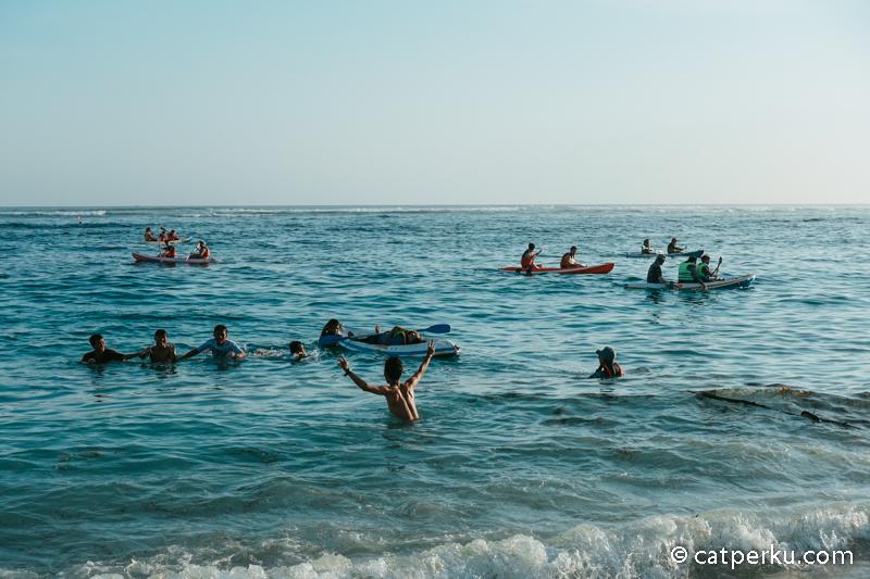 Selain berenang, kamu bisa bermain kano di populer di Bali ini ya.