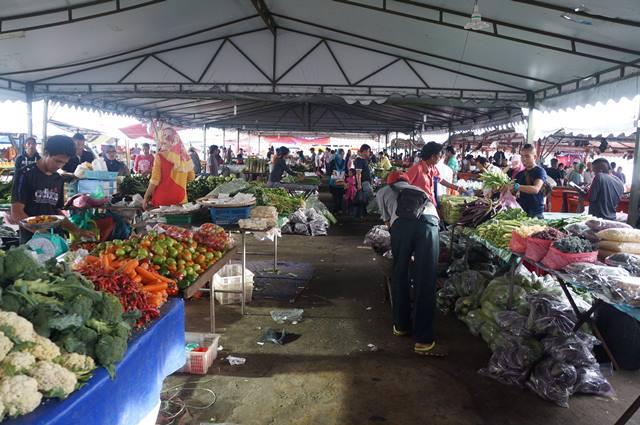 Suasana pasar besar Kota Kinabalu.