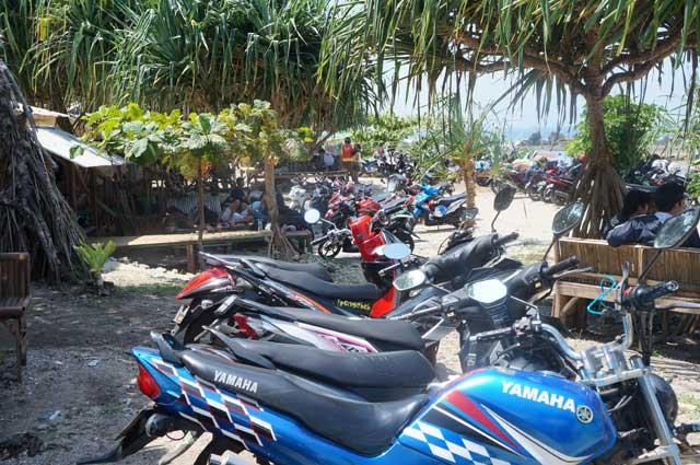 Tanjung layar? Bukan, tanjung parkir! Saking banyaknya orang yang touring ke Pantai Sawarna Beach Sukabumi!