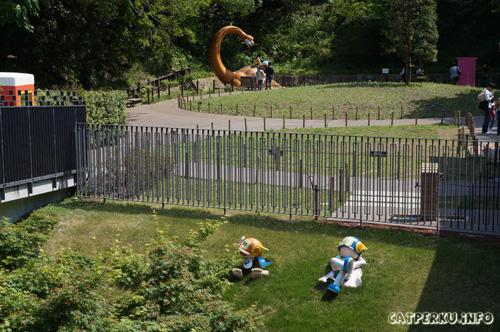 Dan... di play ground inilah, saya terbawa ke masa lampau, tempat kenangan masa kecil saya berada. ada yang tau, siapa yang sedang tidur siang di atas rumput itu?